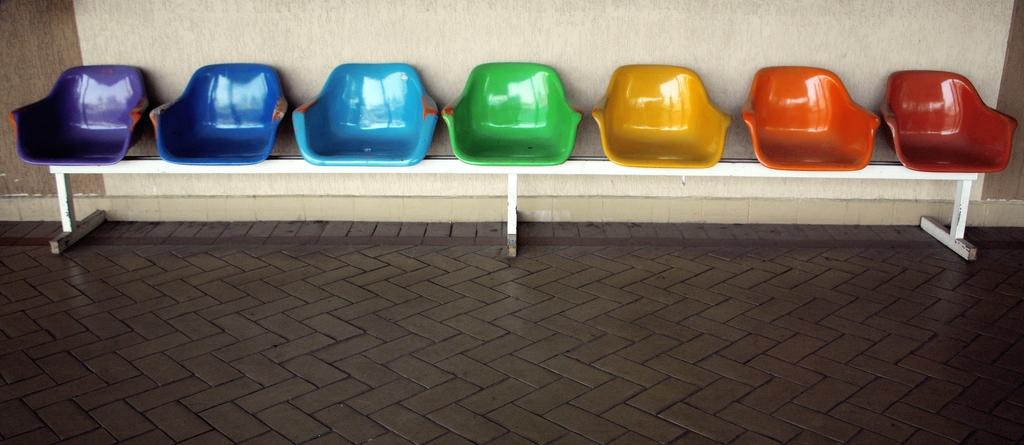כסאות צבעוניים לפי צבעי הקשת